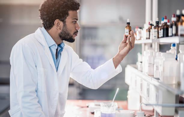 科学者は、在庫から試薬を拾う ストックフォト