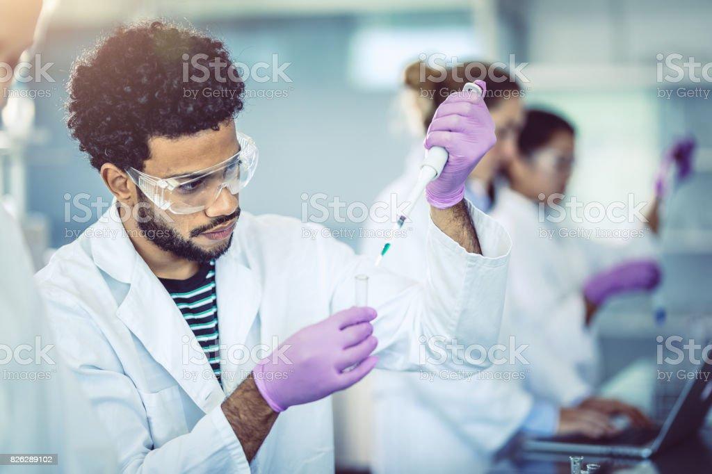 Wissenschaftler in Röhrchen pipettieren – Foto