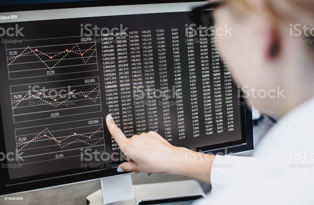 Wissenschaftler am Computer-Bildschirm zeigt – Foto