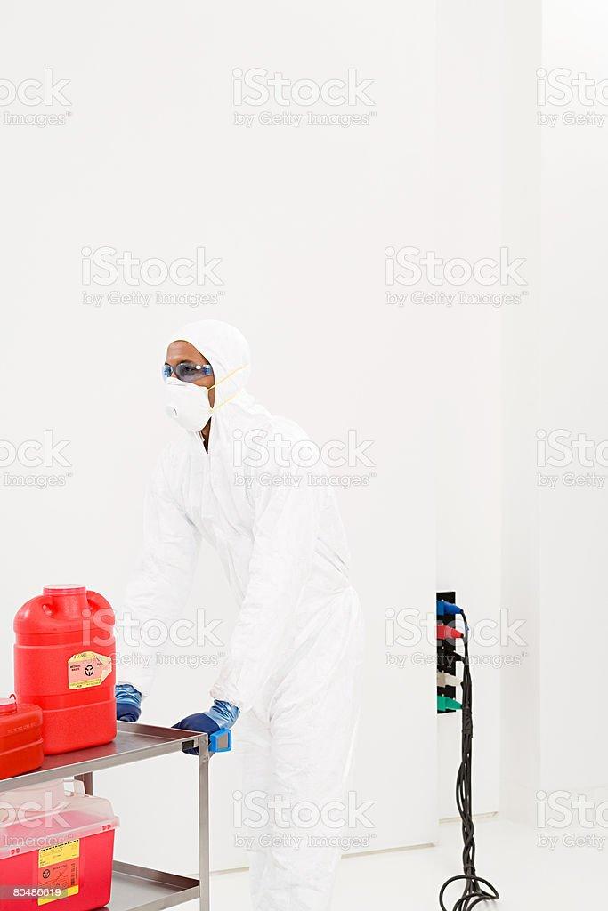 科学者のトロリーにを押すことで廃棄物の化学薬品 ロイヤリティフリーストックフォト