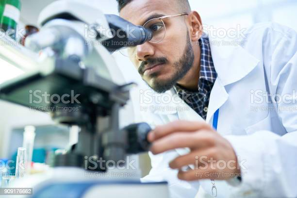 Scientist using microscope in laboratory picture id909176662?b=1&k=6&m=909176662&s=612x612&h=gp8hcm2kezwvltdvvmin2tsxouq8wdw3llfl1arhbv4=