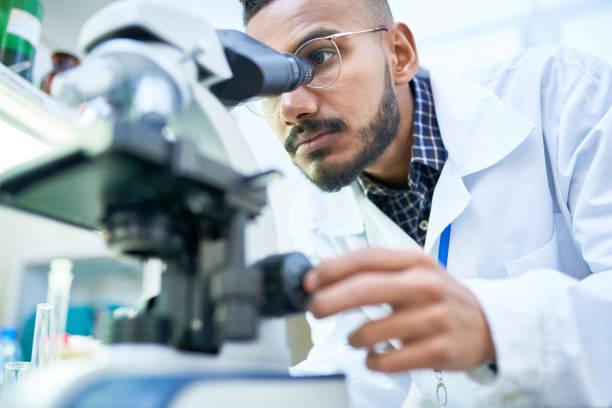 naukowiec za pomocą mikroskopu w laboratorium - laboratorium zdjęcia i obrazy z banku zdjęć