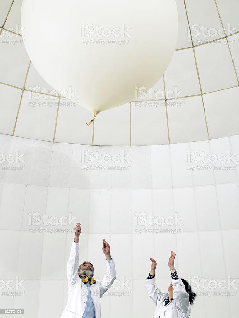 Scienziato Guarda il palloncino stress foto stock royalty-free