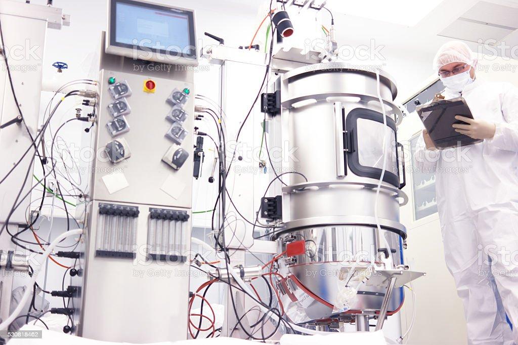 Científico con biorreactor de - foto de stock