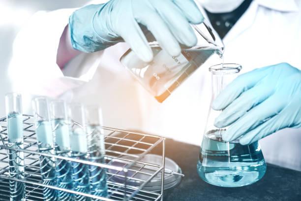 científico con el equipo con herramientas durante el experimento científico concepto de ciencia - química fotografías e imágenes de stock