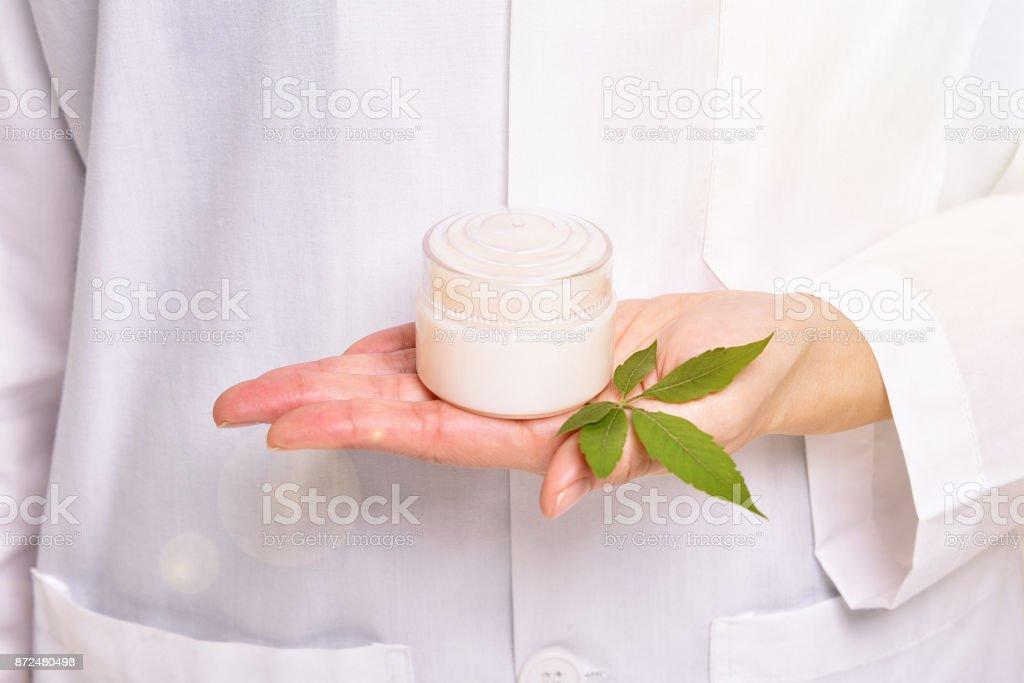 Wissenschaftler mit natürlichen Hautpflege, grüne Kräuter Bio-Beauty Produkt Entdeckung bei Science-Lab. (Tiefenschärfe) – Foto