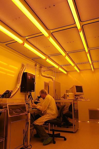 Wissenschaftler Arbeiten in einem sauberen Zimmer eine laser-Labor – Foto