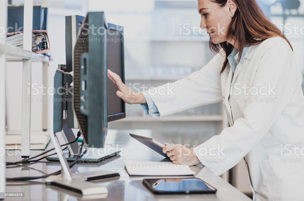 Wissenschaftler arbeiten in The Laboratory, mit computer – Foto