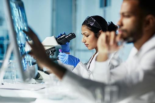 Scientist Working On Computer In Modern Laboratory — стоковые фотографии и другие картинки Анализировать