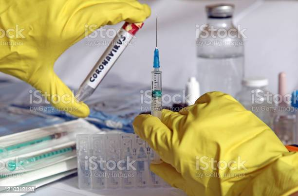과학자와 의사들은 코로나바이러스 백신을 만들기 위해 싸우고 있습니다 COVID-19에 대한 스톡 사진 및 기타 이미지