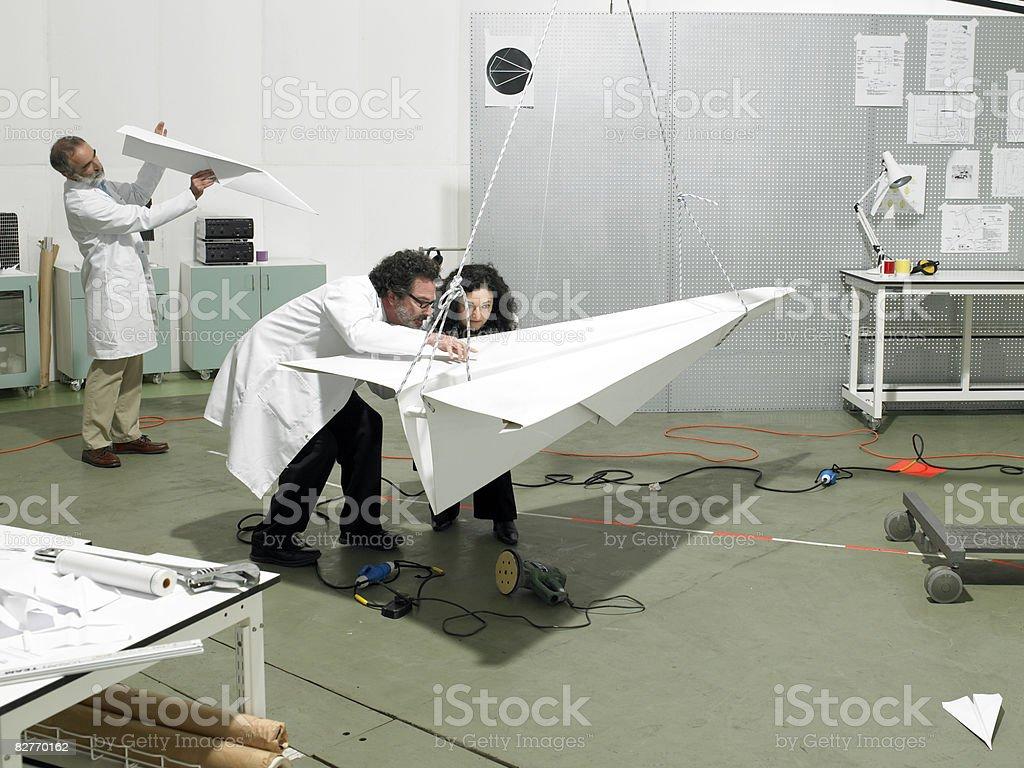 Naukowcy Budowa samolotu w laboratorium zbiór zdjęć royalty-free