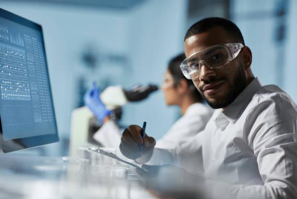 Wissenschaftler Doktor arbeiten am Computer im modernen Labor – Foto