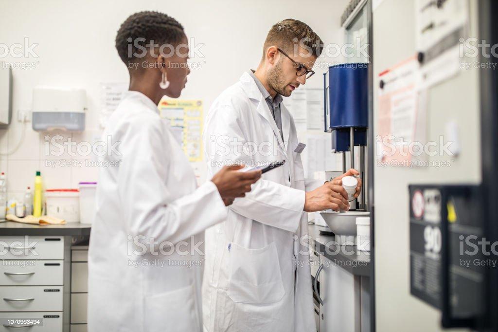 Wissenschaftler, die Vorbereitung von Medizin in der Apotheke lab – Foto