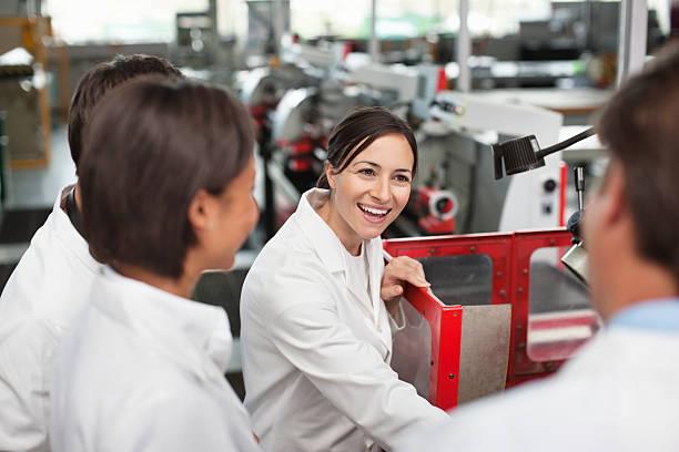 wissenschaftler arbeiten im labor - versuche nicht zu lachen stock-fotos und bilder