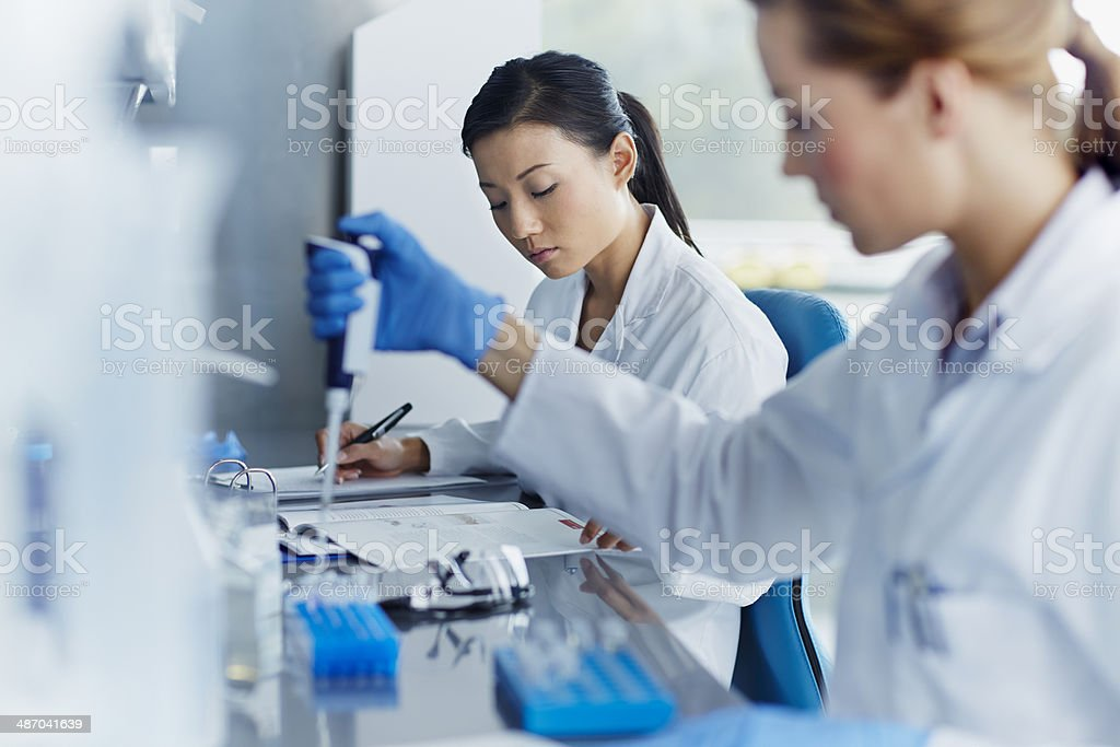 Scientists working in modern laboratory - foto de stock