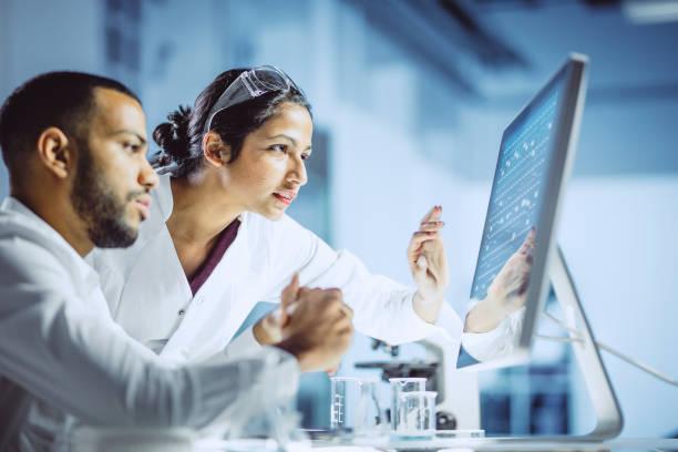 naukowcy pracujący w laboratorium - laboratorium zdjęcia i obrazy z banku zdjęć