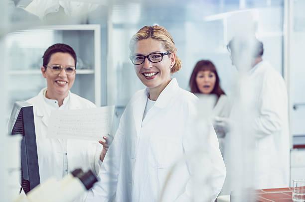 scientists working in the laboratory - 形状描写 ストックフォトと画像