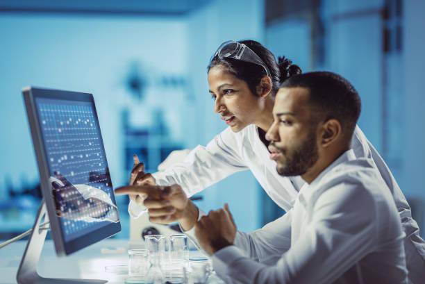 científicos que trabajan en el laboratorio, usando la pantalla táctil - biotecnología fotografías e imágenes de stock