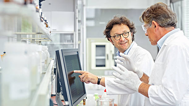 scientists working on computer in a lab - wissenschaftliches labor stock-fotos und bilder
