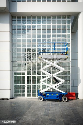 self-propelled scissor lift suitable for outdoor use on rough terrains