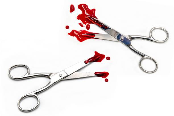 Schere mit Blut auf weißem Hintergrund – Foto