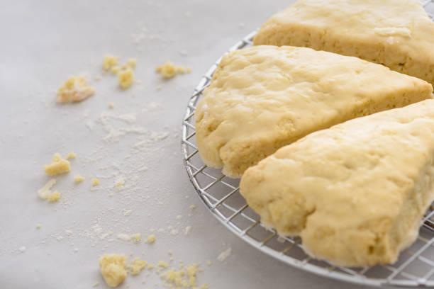 scones auf ein kuchengitter - scones backen stock-fotos und bilder