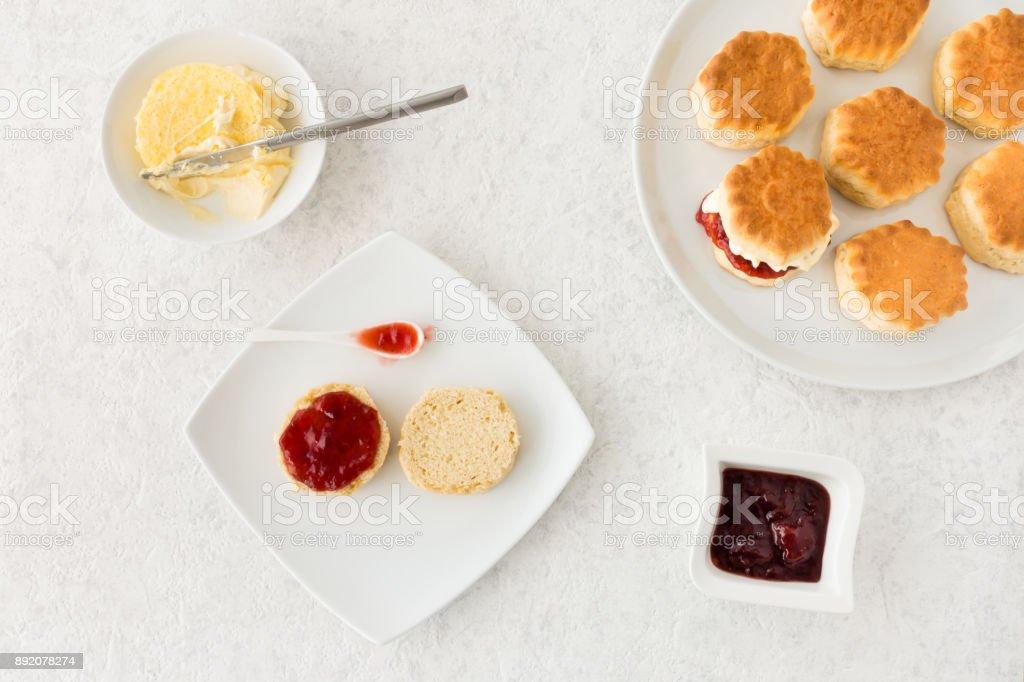 Scones mit Clotted Cream und Erdbeermarmelade – Foto