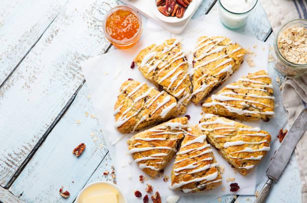scones med havre, tranbär och pecan nötter på trä bakgrund. ovanifrån. kopiera utrymme. - scone bildbanksfoton och bilder