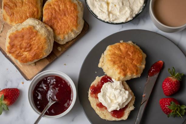 scones med jordgubbssylt och vispad grädde - scone bildbanksfoton och bilder
