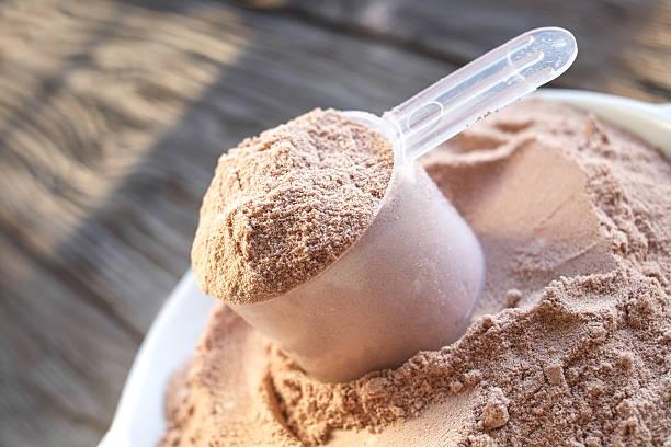 kugel schokolade aromen eiweißpulver - low carb süßigkeiten stock-fotos und bilder
