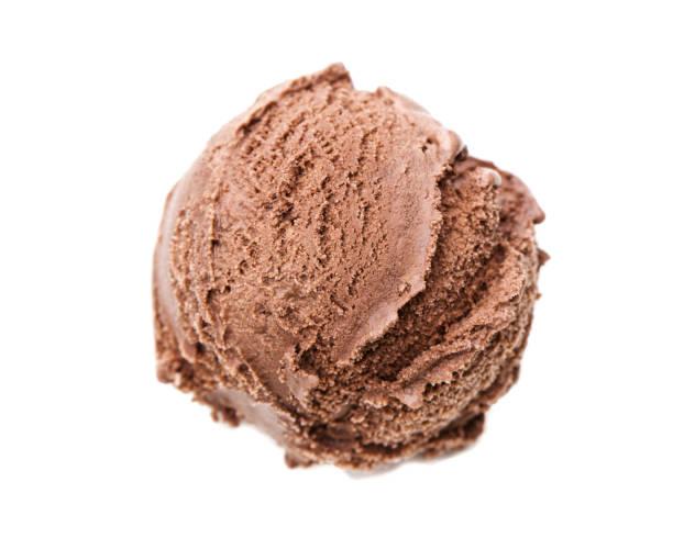 從鳥瞰圖上的白色背景中分離出一勺巧克力霜淇淋 - 球狀 個照片及圖片檔