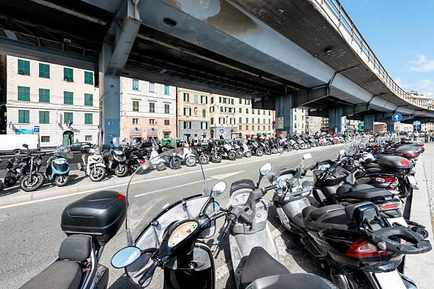 scooter et aire de stationnement pour moto - pont gênes photos et images de collection