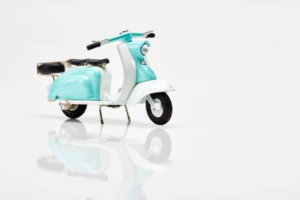 modelo de scooter en la mesa blanco - vintage vespa fotografías e imágenes de stock