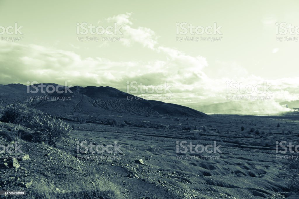 verschroeide afval koperproductie grond en bergen van afval in de buurt van plant. milieu-catasrophe. - Royalty-free Aanbrengen Stockfoto