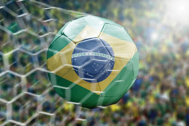 Marcando um gol, a bola de futebol brasileiro - foto de acervo