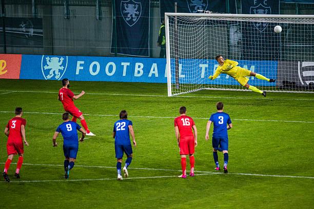 scoring a goal - soccer goal stockfoto's en -beelden