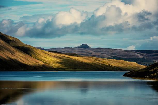 schottland blaue loch sich grüne berge spiegeln - schottische kultur stock-fotos und bilder