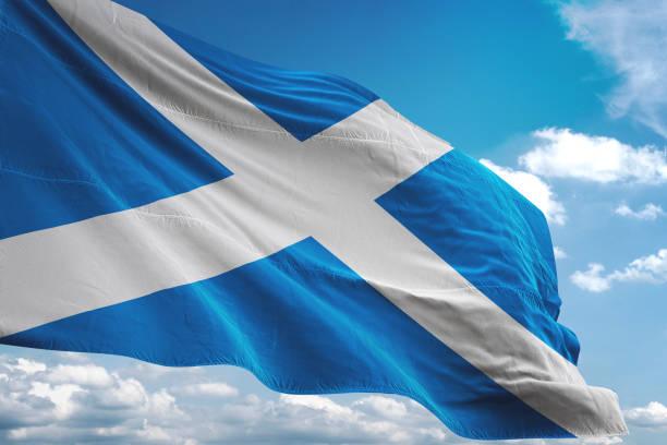 schottland fahnenschwingen bewölktem himmelshintergrund - schottische kultur stock-fotos und bilder