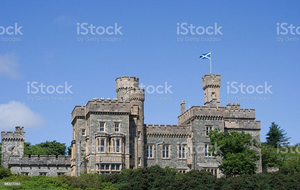 Castello scozzese con bandiera e camera per copia volante foto stock royalty-free