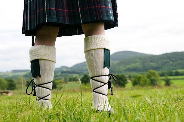 schottischen kilt und strümpfe - schottische kultur stock-fotos und bilder