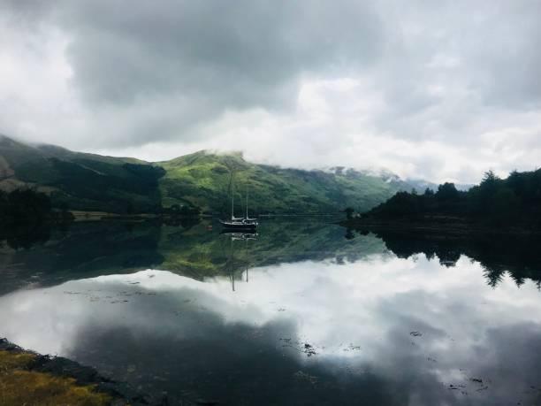 schottischen loch - glencoe - see loch leven stock-fotos und bilder