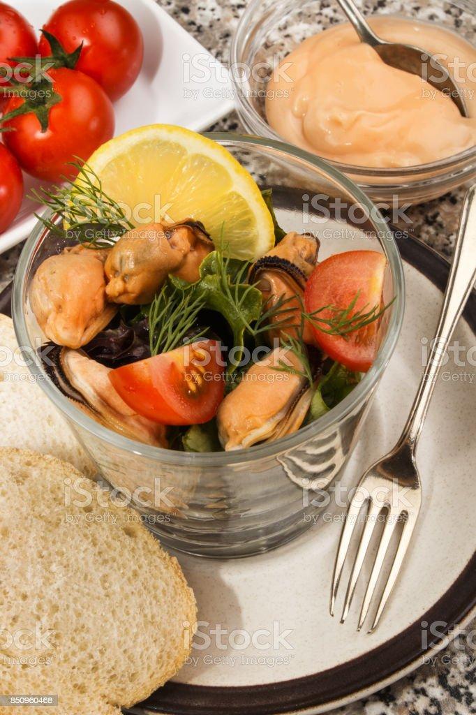 schottische Muschel-Salat mit Sauce und frischen Tomaten – Foto