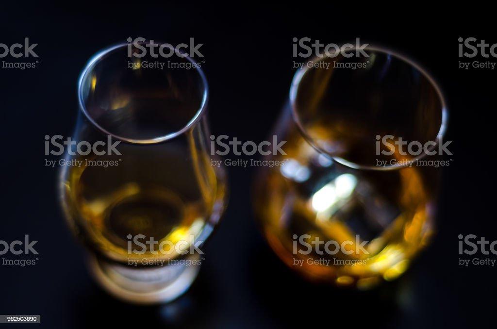 Whisky escocês em um copo com gelo cubos, ouro cor de uísque, - Foto de stock de Bar royalty-free