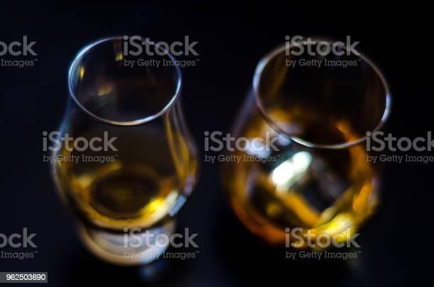 Foto de Whisky Escocês Em Um Copo Com Gelo Cubos Ouro Cor De Uísque e mais fotos de stock de Bar