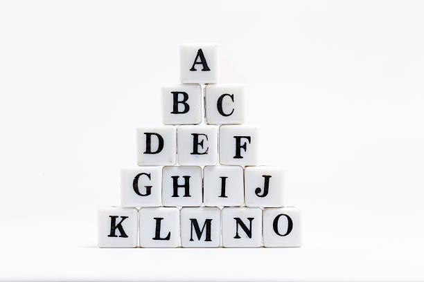 scrabble blocks von alphabete - kreuzworträtsel lexikon stock-fotos und bilder