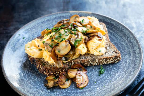 Rührei und Pilze auf Toast – Foto