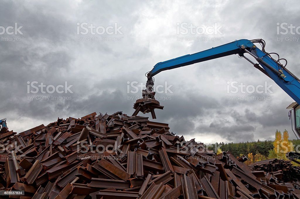 Metallschrott - Schienen - Recycling - Elekromagnet stock photo