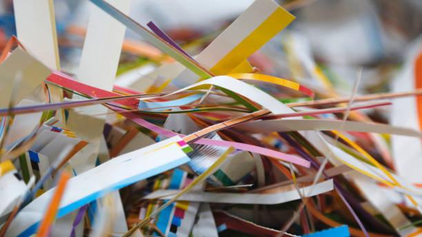 schrott-papier aus papier fräser - papier recycling stock-fotos und bilder