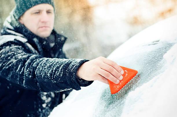 Abschaben Eis und Schnee aus Windschutzscheibe – Foto