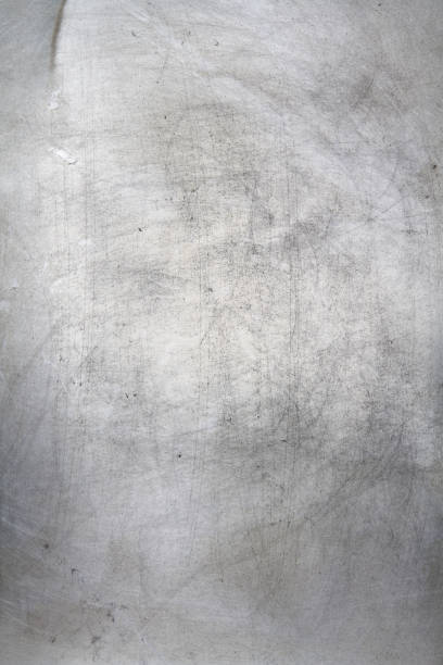 Zerkratzt und entdeckt ein Blech – Foto